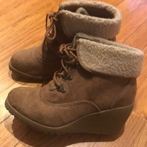 MUDD ankle boots, wedge heel & faux shearling trim